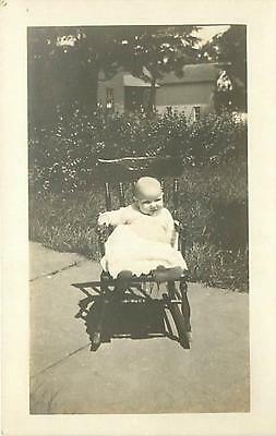 REAL PHOTO-CHUBBY BABY IN TINY ROCKING CHAIR-YARD-EARLY-Q98737