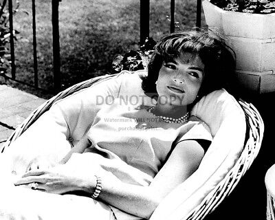 """Jacqueline """"jackie"""" Kennedy Relaxes In A Wicker Chair - 8X10 Photo (Aa-930)"""
