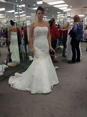BRAND NEW! Ivory Oleg Cassini wedding gown size 8