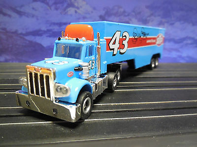 AUTO WORLD ~ Peterbilt Richard Petty STP Racing Rig ~ RUNS ON AFX, AW, JL