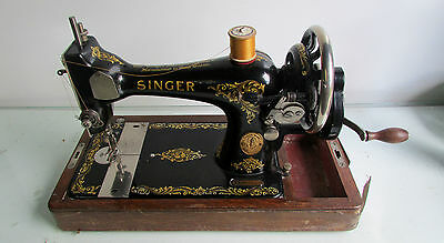 VINTAGE 1928 SINGER SEWING MACHINE - HAND CRANK - WITH ORIGINAL LID AND KEY