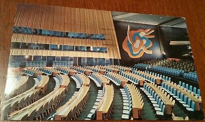 UNITED NATIONS UNIES 1956 POSTCARD General Assembly Hall, with postage stamp