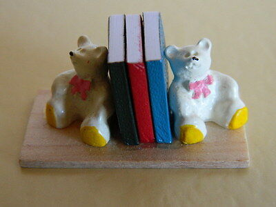 (M5.11) Dolls House Teddy Bookends & Books