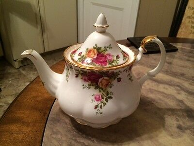 """ROYAL ALBERT """"OLD COUNTRY ROSES"""" LARGE TEA POT, MADE IN ENGLAND,1962-1973"""