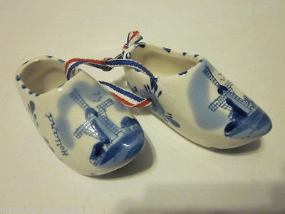 VINTAGE PAIR OF HAND PAINTED DELFT BLUE HOLLAND SHOES