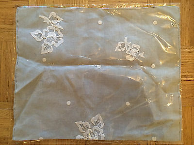 GRAY EMBROIDERED FLORAL TABLE SET FOR 2 WITH NAPKINS (Vintage)