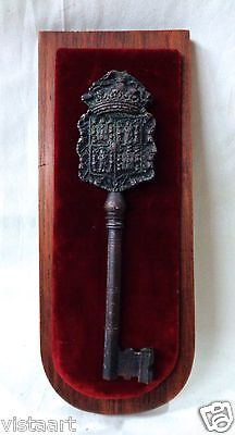 Antique Engraved Key Decor Wall Hanging on Velvet-like Cloth & Wooden Plaque