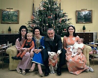 Lyndon B. Johnson And Family At Christmas In 1968 - 8X10 Photo (Da-330)