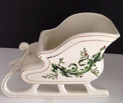 White Christmas Sleigh With Holly And Gold Trim Ftd Florist