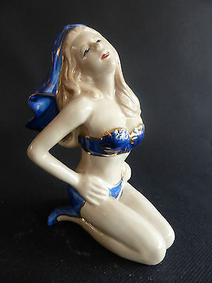 Pinup Mariee Sexy En Maillot Porcelaine Style Annees 40 Baigneuse Bleu Fonce Or