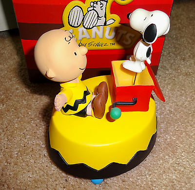 Westland Giftware PEANUTS Charlie Brown & Snoopy-In-The-Box Musical Figure 20702