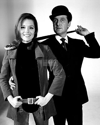 """Diana Rigg And Patrick Macnee In """"The Avengers"""" - 8X10 Publicity Photo (Ee-025)"""