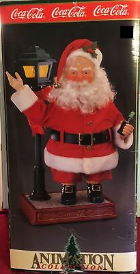 COCA COLA ANIMATION COLLECTION SANTA COKE IN HAND STANDING BY LAMP POST 1995, Ne