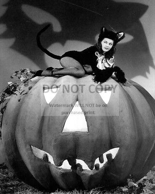 ACTRESS YVONNE De CARLO PIN-UP - 8X10 HALLOWEEN THEMED PUBLICITY PHOTO (ZY-359)