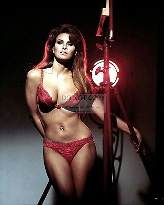 Raquel Welch Actress And Sex-Symbol - 8X10 Publicity Photo (Sp-026)