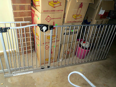 DreamBaby Magnetic Sure-Close safety Gate F870 + 2x 105cm extensions F877 293cmW