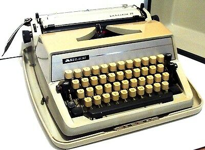 Typewriter > Adler Gabriele 25 Portable - Rich Cream - With Ribbon And Case