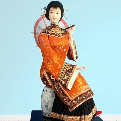 Figurine Chinoise Assise avec Ombrelle