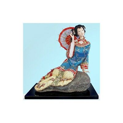 Figurine Chinoise Assise avec Ombrelle Rouge