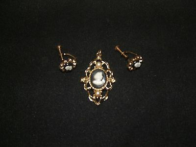 COLLECTIBLE vintage1950's cameo set broach/pin and scew back earings set