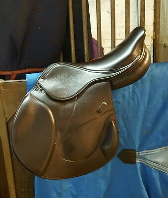"Pro Jump Saddle 17.5"" with changeable gullets"