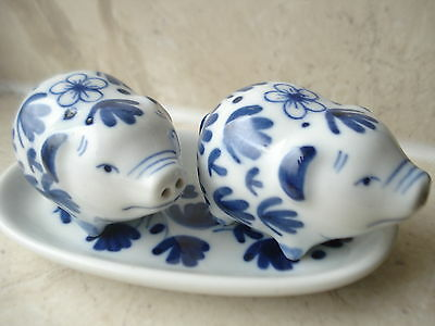 NOVELTY SALT & PEPPER PIGS chinese style WITH TRAY