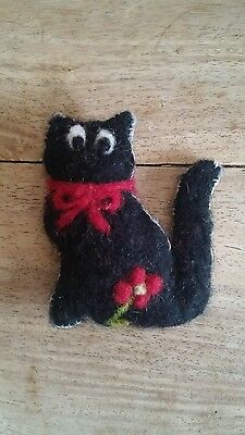 needle felted black cat brooch.