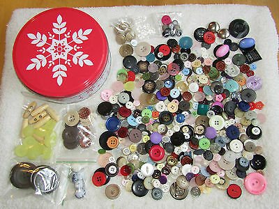 Delightful Christmas design Tin of 300 grams of Buttons (old and new)