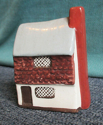 Mudlen miniature pottery seaside cottage 26 L,     3 inches tall