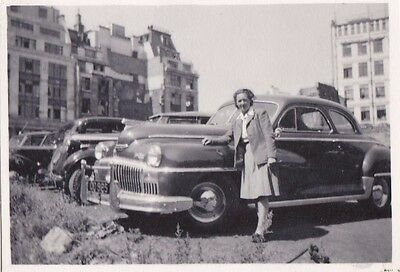 OLD PHOTO GLAMOUR WOMAN PLEATED SKIRT CARS BUILDINGS FASHION 1950s OC480