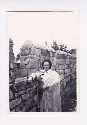 OLD PHOTO GLAMOUR WOMAN HUMOUR YORK WALL YORKSHIRE FASHION 1950s OC518