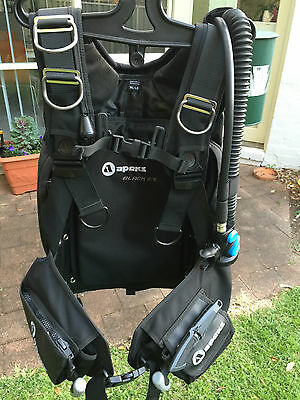 Apeks Black Ice Med  Large with Atomic SS1 Occy - As new - only 2 dives on them