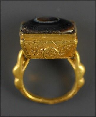 Persian (Islamic) gold ring with protective eye gemstone