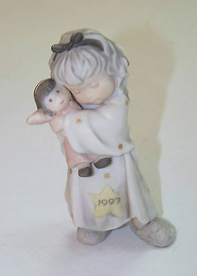 Enesco: Pretty As A Picture - HOLIDAY HUGS & KISSES 1997 - Girl with doll