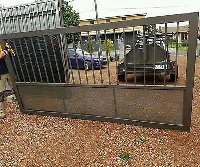Steel gate with mesh and wheel