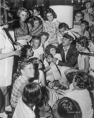 TONY CURTIS FULL OF EXCITED FANS  8X10 PHOTO ji-2