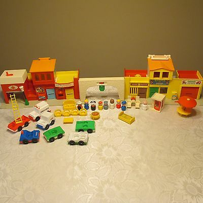 Vintage Fisher Price Little People Play Family Village #997