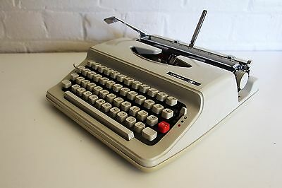 ***CHEVRON Portable Typewriter ~ Excellent Working Condition ~ Includes Case***