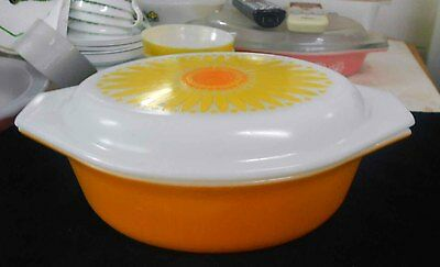 Vintage Pyrex, Milk Glass Daisy 043 - 1 1/2 quart casserole, great condition.