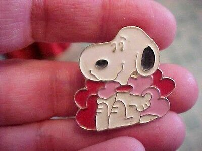 vintage copyright 1958 taiwan snoopy hearts/valentines day? clasp pin