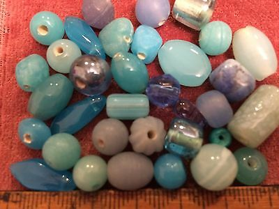 Vintage mix of  turquoise coloured loose glass beads - 32+ beads -  (Ref 364)
