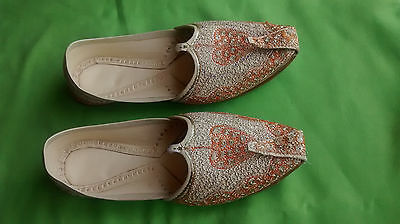 Handmade Punjabi jutti with tila embroidery. Indian traditional shoes.