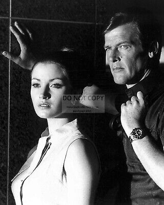 """Roger Moore & Jane Seymour In """"live And Let Die"""" - 8X10 Publicity Photo (Zy-905)"""
