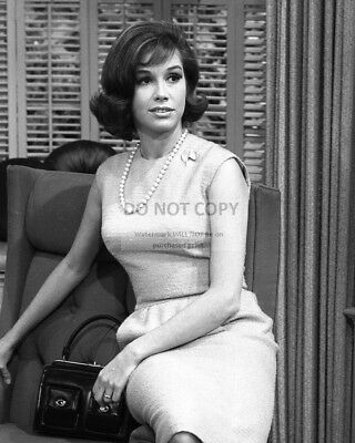"Mary Tyler Moore In The Tv Sitcom ""the Dick Van Dyke Show"" - 8X10 Photo (Zy-790)"