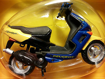 MAISTO Die-Cast - 1/18 Scale Motorcycle Yellow/blue Peugeot Speedfight Scooter