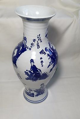 Chinese hand painted white and blue porcelain vase H26