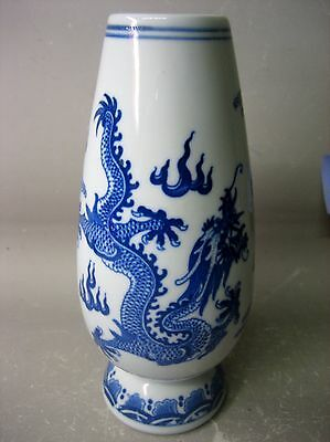 Chinese year of Qian Long blue and white porcelain vase