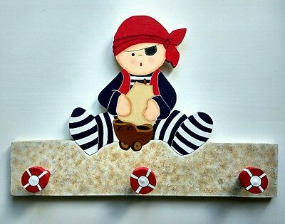 Perchero decoración infantil pirata marinero. Silueta de madera