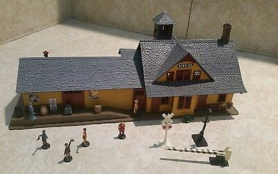 HO Tyco Rico Train Station Building With 18 Accessories