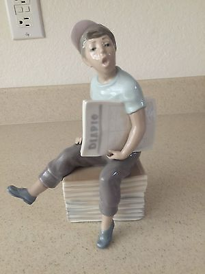 Nao By Lladro Porcelain - Newspaper Boy - 1977 - Mint No Box